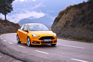 2015_ford_focus_st_yellow_hatch